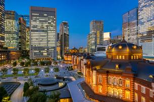 東京駅の夜景と駅前広場の写真素材 [FYI03404658]