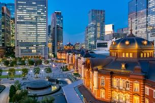 東京駅の夜景と駅前広場の写真素材 [FYI03404660]