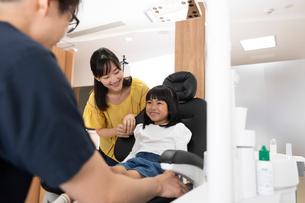 診察室の親子の写真素材 [FYI03404793]