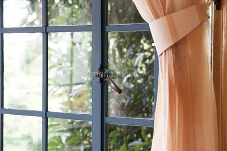 部屋の窓とカーテンの写真素材 [FYI03405145]