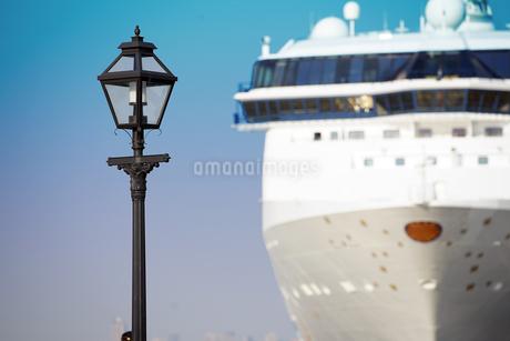 港に停泊している客船と街灯の写真素材 [FYI03405154]