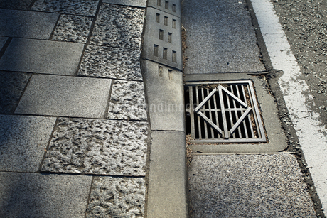 道路脇の側溝の蓋の写真素材 [FYI03405165]