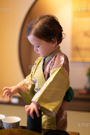 浴衣を着たハーフの幼児が和室で遊んでいるの写真素材 [FYI03405208]