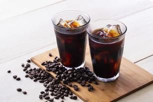 アイスコーヒーとコーヒー豆の写真素材 [FYI03405256]