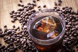 アイスコーヒーとコーヒー豆の写真素材 [FYI03405269]