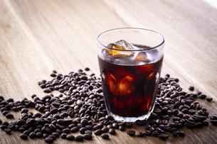 アイスコーヒーとコーヒー豆の写真素材 [FYI03405272]