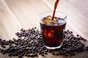 アイスコーヒーを注ぐの写真素材 [FYI03405273]
