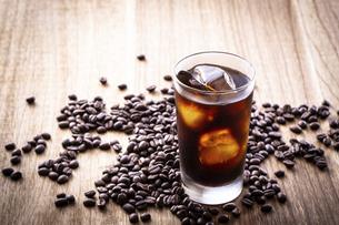 アイスコーヒーとコーヒー豆の写真素材 [FYI03405282]