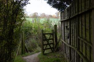 イギリスにある田舎の村のゲートの写真素材 [FYI03405283]