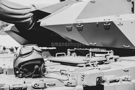 陸上自衛隊の戦車の砲塔とヘルメットの写真素材 [FYI03405360]