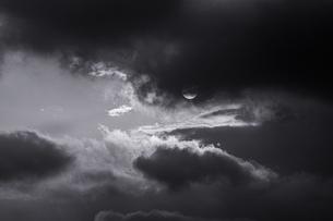 空と太陽と雲のモノクロ素材写真の写真素材 [FYI03405536]