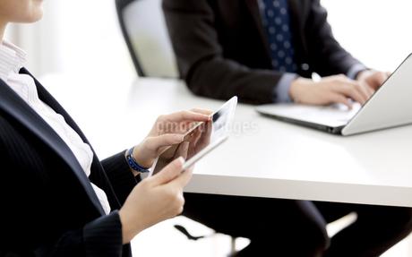 打ち合わせをするビジネスマンとビジネスウーマンの写真素材 [FYI03405648]