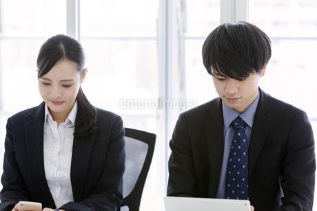 打ち合わせをするビジネスマンとビジネスウーマンの写真素材 [FYI03405649]