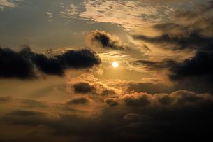 雲と空と夕陽の素材写真の写真素材 [FYI03405650]