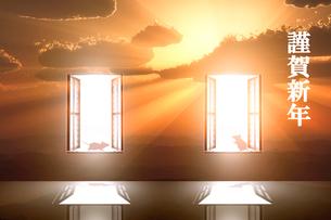 日の出とネズミのシルエットと光が射し込む窓のイラスト素材 [FYI03405685]
