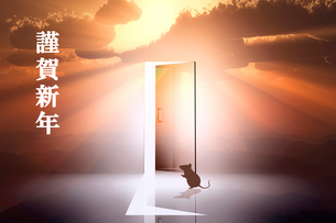 日の出とネズミのシルエットと光が射し込むドアのイラスト素材 [FYI03405687]