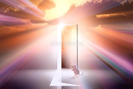 日の出とネズミのシルエットと光が射し込むドアのイラスト素材 [FYI03405693]