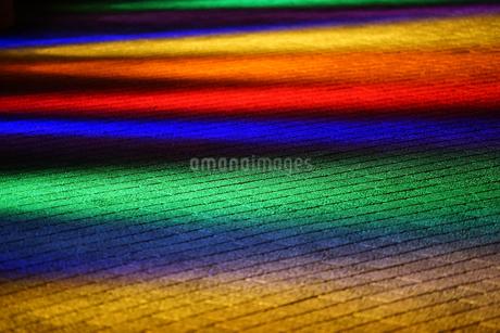 地面に照らされた照明の灯りの写真素材 [FYI03405756]
