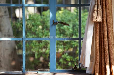 部屋の窓とカーテンの写真素材 [FYI03405764]