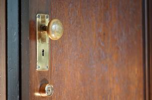 部屋の木製ドアの写真素材 [FYI03405765]