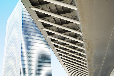 高層ビルと歩道橋の建物の写真素材 [FYI03405769]
