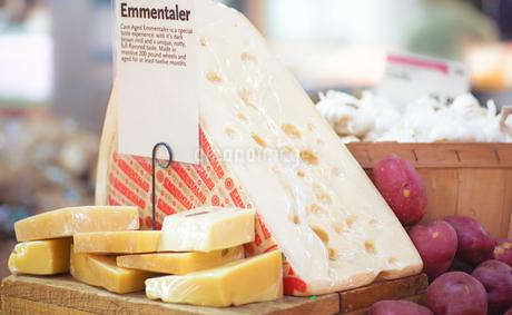 エメンタールチーズの写真素材 [FYI03405772]