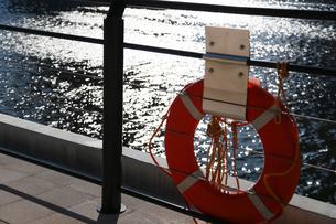 岸壁の救命浮き輪の写真素材 [FYI03405779]