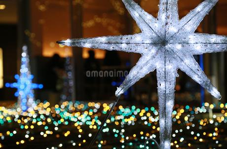 街のクリスマスイルミネーションの写真素材 [FYI03405781]
