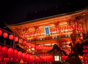 本宮祭でライトアップされた伏見稲荷大社の楼門の写真素材 [FYI03405785]