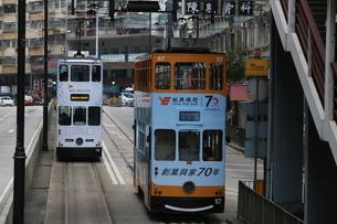 イギリス植民地時代からある香港の路面電車トラム。廉価な庶民の足の写真素材 [FYI03405833]