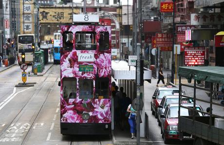 香港の街を行く路面電車トラム。英国植民地時代からあるの写真素材 [FYI03405840]