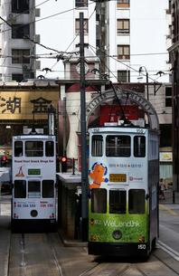香港の街を行く路面電車トラム。英国植民地時代からあるの写真素材 [FYI03405870]