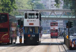 香港の街を行く路面電車トラム。英国植民地時代からあるの写真素材 [FYI03405872]