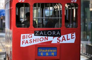 路面電車トラム。香港の庶民の足。の写真素材 [FYI03405873]