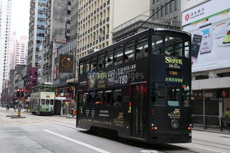 香港島を行くトラム。英国植民地時代に作られたの写真素材 [FYI03405890]