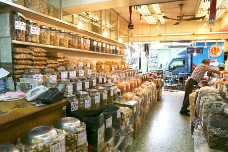 西營盤にある徳輔道西(デ・ヴー・ロード・ウェスト)の「海味街」で売られる干し貝柱などの高級中華食材。乾貨とも呼ばれるの写真素材 [FYI03406115]