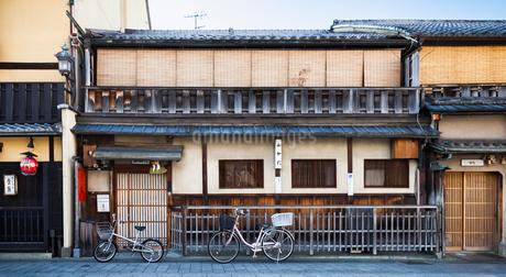 祇園花見小路通りの家の写真素材 [FYI03406203]