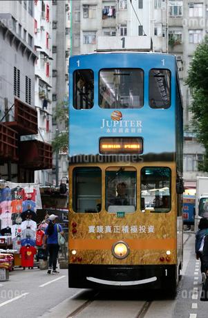 路面電車トラム。香港の庶民の足。の写真素材 [FYI03406209]