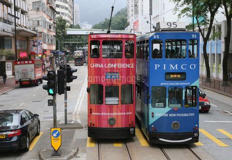 香港島を行く路面電車ドラムの写真素材 [FYI03406211]