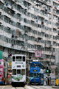 香港島のモンスターマンションの前を行く路面電車トラムの写真素材 [FYI03406213]