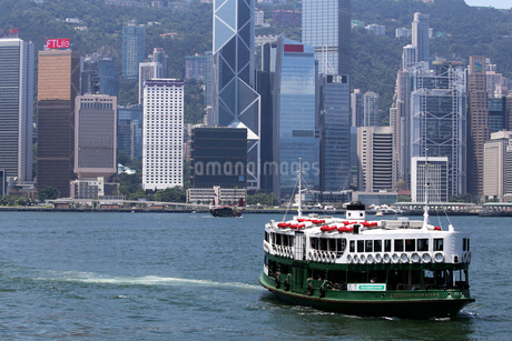 香港島に九龍から向かうスターフェリーの写真素材 [FYI03406218]