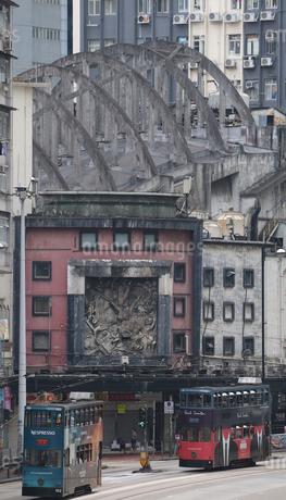 テレサ・テンもかつて歌っていたという廃墟のような皇都戲院(State Theatre)の前を行くトラムの写真素材 [FYI03406220]