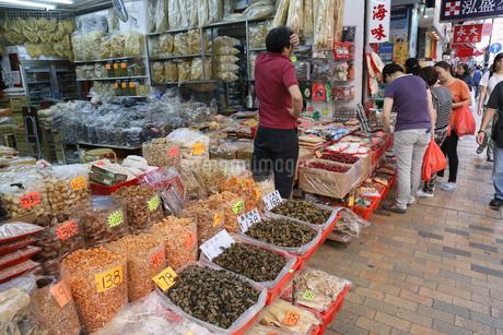 西營盤にある徳輔道西(デ・ヴー・ロード・ウェスト)の「海味街」で売られる干し貝柱などの高級中華食材。乾貨とも呼ばれるの写真素材 [FYI03406223]
