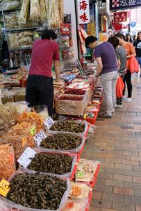 西營盤にある徳輔道西(デ・ヴー・ロード・ウェスト)の「海味街」で売られる干し貝柱などの高級中華食材。乾貨とも呼ばれるの写真素材 [FYI03406224]