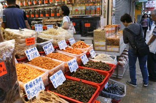 西營盤にある徳輔道西(デ・ヴー・ロード・ウェスト)の「海味街」で売られる干し貝柱などの高級中華食材。乾貨とも呼ばれるの写真素材 [FYI03406226]