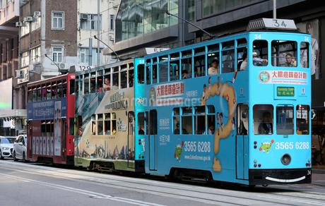 香港島を行く路面電車トラムの写真素材 [FYI03406227]