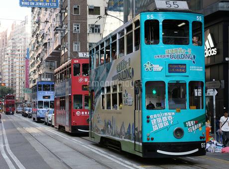 香港島の下町ワンチャイを行く路面電車トラムの写真素材 [FYI03406228]