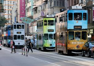 香港島を行く路面電車「トラム」の写真素材 [FYI03406229]