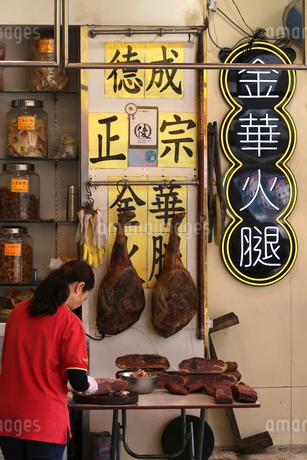西營盤にある徳輔道西(デ・ヴー・ロード・ウェスト)の「海味街」で売られる高級食材の中華ハム「金華火腿」の写真素材 [FYI03406230]