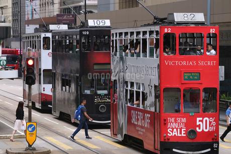 香港島を走るトラム。ゆっくり走るが便利で庶民の足の写真素材 [FYI03406231]